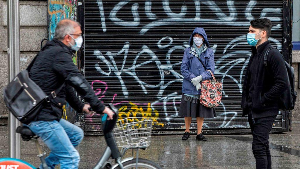 gente con barbijos en la calle
